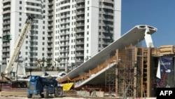 Une parcelle nouvellement installée s'est effondré sur une route à six voies, écrasant pluisuers voitures à Miami, Floride, 15 mars 2018.