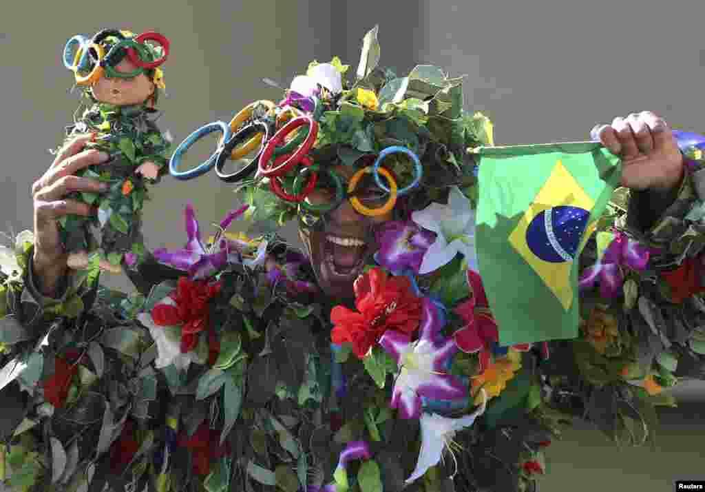 A spectator watches the race the women's marathon inRio de Janeiro, Brazil.