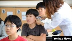 8일 부산시내 한 초등학교에서 교사가 학생들의 체온을 재고 있다. 부산에서도 메르스 확진 환자가 나왔다.