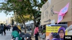 聲援被逐印尼傭工作家Yuli集會,貼上Yuli的海報,並展出她採訪反送中運動的攝影作品。(美國之音 湯惠芸拍攝)