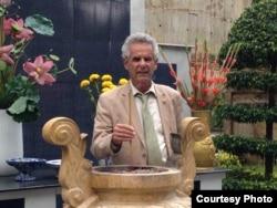 Dân Biểu Alan Lowenthal thăm Nghĩa Trang Quân Đội Biên Hòa. dân biểu Alan Lowenthal đại diện cho cộng đồng người Việt lớn nhất tại Hoa Kỳ, đã đệ trình Hạ viện Mỹ Nghị quyết tưởng niệm 40 năm biến cố 30/4.