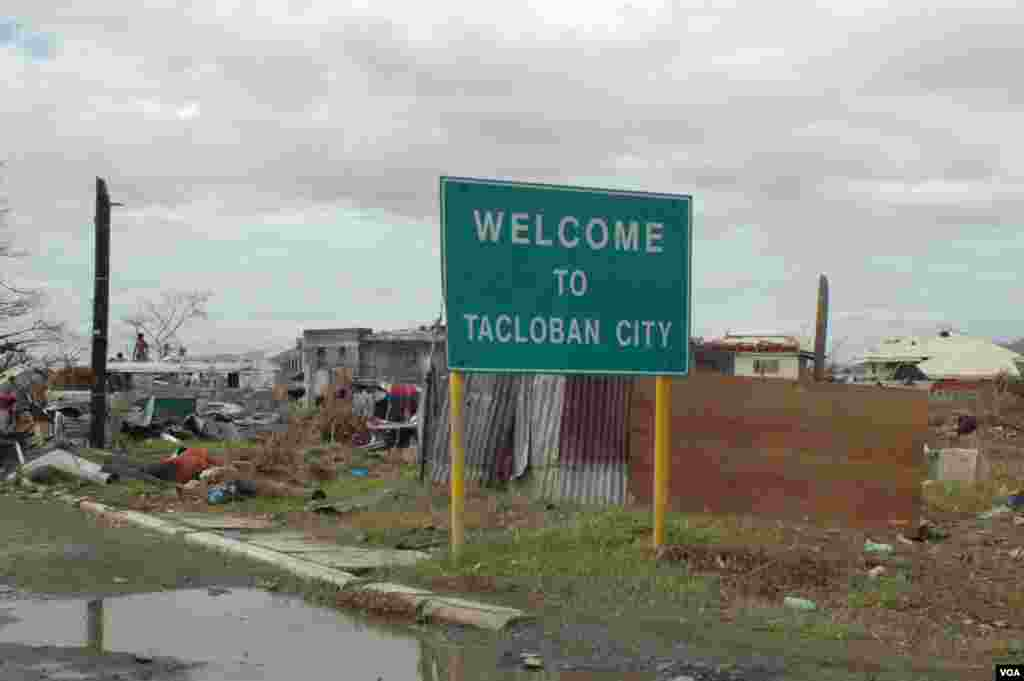 No part of Tacloban was spared by the typhoon, Nov. 21, 2013. (Steve Herman/VOA)
