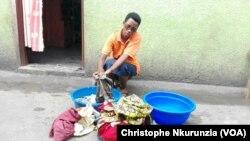 Godeberthe Hakizimana, la femme du journaliste Jean Bigirimana disparu est entrain de lessiver des habits, dans le quartier de Gituro à Kamenge au Nord de la capitale Bujumbura, Burundi, 22 février 2017. (VOA/Christophe Nkurunzia)