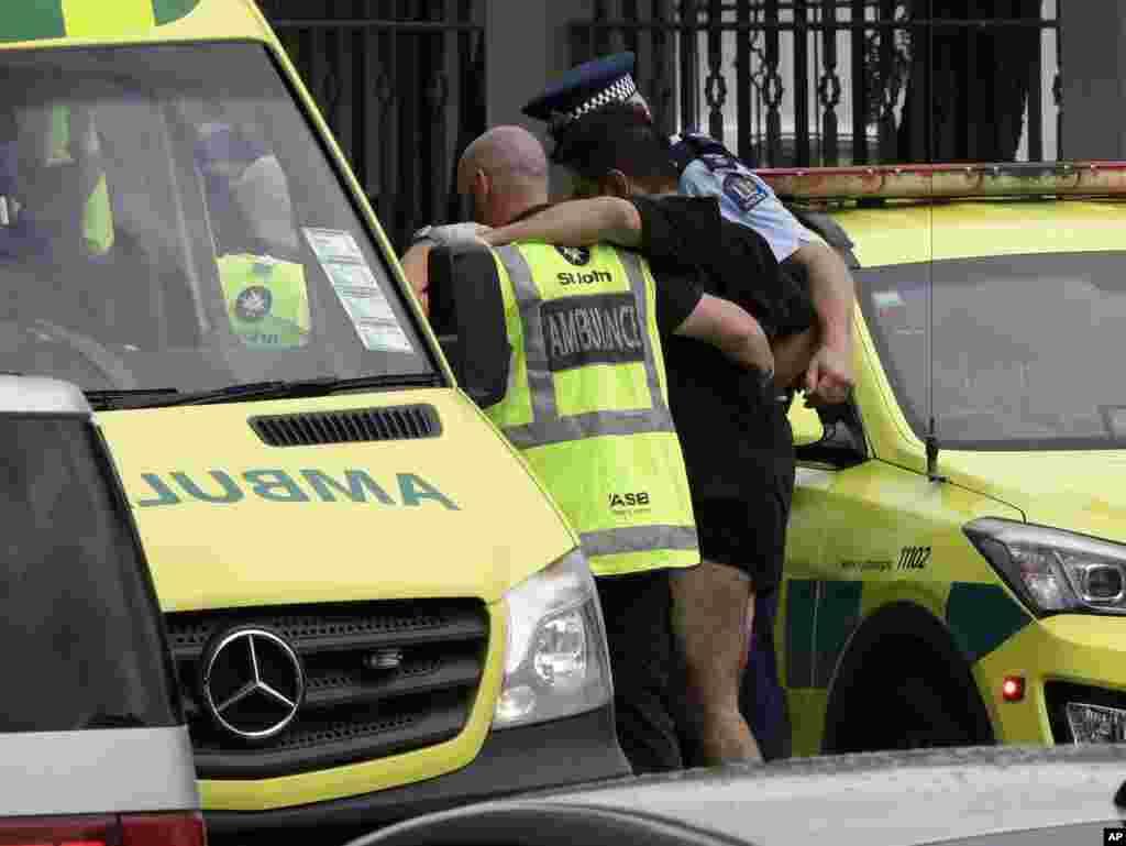 حمله تروریستی به دو مسجد در نیوزلند - انتقال مجروحان به بیمارستان. ۴۹ نفر کشته و حدود ۲۰ نفر زخمی شدند.