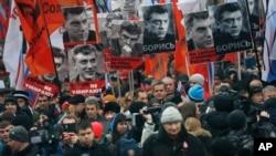 Người tuần hành mang theo hình lãnh đạo đối lập Nemtsov, người bị bắn chết hôm 27/2 gần Điện Kremlin.