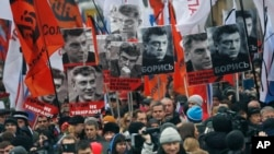 Warga Rusia melakukan pawai untuk mengenang pemimpin oposisi Boris Nemtsov, yang ditembak mati pada hari Jumat, 27 Februari 2015 dekat Kremlin di Moskow, Rusia, Minggu, 1 Maret 2015. (AP Photo/Dmitry Lovetsky)