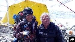 Ючіро Міура (праворуч) і його друг Кенджі Кондо роблять перепочинок під час сходження на гору Еверест, 10 травня, 2013.