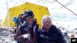 Juičiro Miura sa još jednim planinarem dok se peo na Maunt Everest.