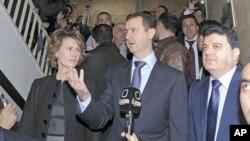 Presidente Sírio, Bashar al-Assad falando a TV pouco depois de ter votado no referendo que abre as as vias para o estabelecimento do sistema multipartidário, mas que no entanto deixa intacto os seus poderes