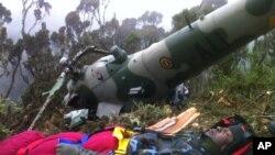 Hình ảnh do quân đội Kenya cung cấp cho thấy viên phi công người Kenya Chris Kasiji được đưa ra khỏi đống đổ nát tại hiện trường vụ rớt máy bay ở Núi Kenya, ngày 13/8/2012