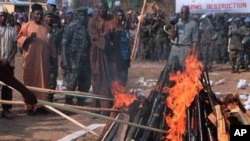 Cérémonie de destruction d ;armes à Bo, dans l'est de la Sierra Leone, janvier 2002. (N. Barge / VOA)