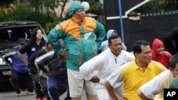 Para polisi Tangerang melakukan senam yang merupakan bagian dari program penurunan berat badan wajib. (AP/Tatan Syuflana)