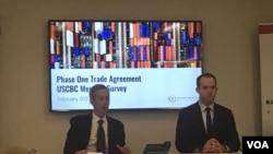 美中贸易全国委员会(USCBC)主席艾伦和高级副总裁帕克2020年2月13日介绍会员企业对美中第一阶段贸易协议的看法调查。(美国之音记者莫雨拍摄)