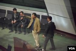 工黨主席李卓人因為高叫口號被立法會主席曾鈺成逐出會議廳。(美國之音湯惠芸)