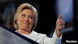 Kandida a la prezidans pati demokrat la, Hillary Clinton, fè yon siyn ankourajan pandan li tap salye patizan li yo nan fen konvansyon demokrat la nan Filadèlfi nan fen jounen jedi 28 jiyè 2016 la.