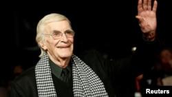 """ນັກສະແດງ ທ່ານ Martin Landau ໄປຮອດງານເປີດໂຕ ຂອງປະເທດຢູໂຣບ ຮູບເງົາ """"Frankenweenie"""" ຢູ່ທີ່ ໂຮງ ຮູບເງົາ the Odeon Leicester Squareໃນໃຈກາງ ນະຄອນຫຼວງ ລອນດອນ, ວັນທີ 10 ຕຸລາ 2012."""