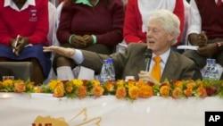 Durante su visita a Kenya, Bill Clinton responde a las críticas por dinero que ingresa a su fundación.