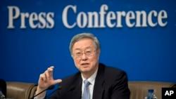 在中国人大开会期间,中国人民银行行长周小川在记者会上讲话(2017年3月10日)