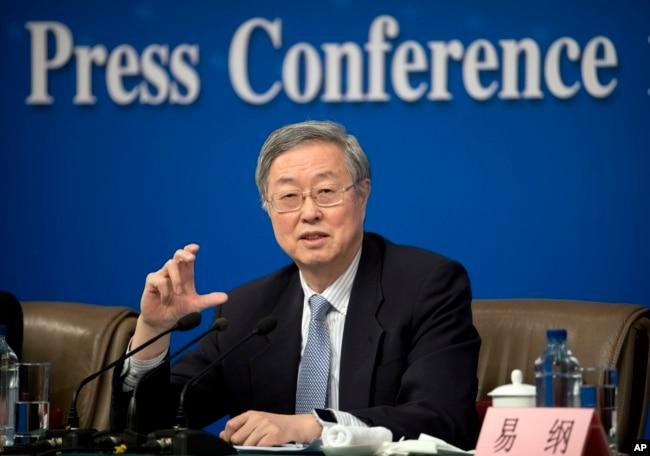 中国央行行长周小川在中国人大会议期间举行的记者会上(2017年3月10日)