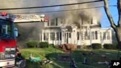 Vatrogasci se bore sa plamenom koji je zahvatio kuću, nakon eksplozije gasa u Andoveru, Masačuses, 13. septembra 2018.