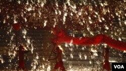 Participantes en China realizan una danza del dragón de fuego para celebrar el nuevo año lunar.