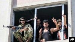 Combatientes del Ejército Sirio Libre en Jarablus, Siria, Aug. 31, 2016. El gobierno de Donald Trump ha decidido poner fin a un programa encubierto de la CIA para entrenar grupos rebeldes que luchan contra el gobierno de Damasco.