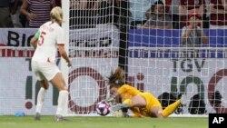 La guarda meta Alyssa Naeher ataja un penal de Steph Houghton de Inglaterra durante el partido de semifinal en la Copa Mundial de Fútbol Femenino en Lyon, Francia, el martes, 2 de julio, de 2019.
