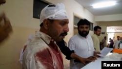 星期五在巴基斯坦西北部發生兩起爆炸事件中的一名傷者。