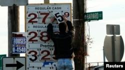 资料照:美国麻萨诸塞州梅德福德镇加油站员工更换油价。