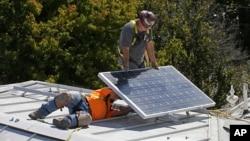 Postavljanje solarnog panela na krov istorijske zgrade u Sakramentu u Kaliforniji oktobra 2015. (AP Photo/Rich Pedroncelli, File)