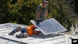Biaya investasi pemasangan alat listrik surya atap saat ini sudah jauh menurun, namun minat masyarakat masih rendah (foto: ilustrasi).
