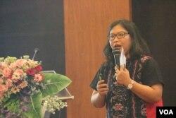 Sri Wiyanti Eddyono dari tim peneliti FH UGM memeparkan pengaruh agama dalam produk hukum di Indonesia. (Foto: Humas UGM)