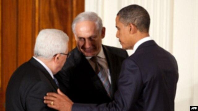 AQSh prezidenti Barak Obama (o'ngda) Falastin prezidenti Mahmud Abbos (chapda) va Isroil Bosh vaziri Benyamin Netanyaxu bilan Oq uyda uchrashmoqda, Vashington, 1-sentabr, 2010-yil.