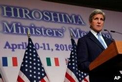 """Ông Kerry nói ông cảm thấy """"hết sức xúc động"""" và """"rất hân hạnh"""" được trở thành ngoại trưởng đầu tiên của Mỹ đến thăm Hiroshima."""