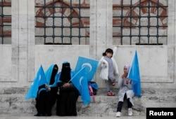 Para perempuan etnis Uighur yang tinggal di Turki berdemo memprotes perlakuan China terhadap etnis Uighur.