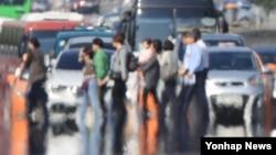 기온이 크게 오른 18일 오후 서울 여의도 도로에서 지열로 아지랑이가 피어오르고 있다.