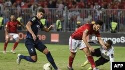 Oualid Azaro (C) d'Ahly, aux côtés du gardien Moez Ben Cherifia (R) et de Chamseddine Dhaouadi (L), lors de la finale de la CAF Champions League opposant les Egyptiens Al-Ahly et l'ES Tunis, Egypte, le 2 novembre 2018.
