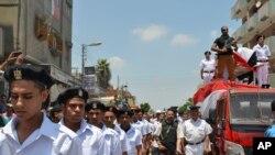 Anggota tentara Mesir menghadiri pemakaman polisi yang tewas akibat serangan gerombilan bersenjata.