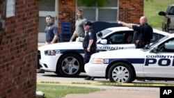 Tras arrestarlo, la policía rodea la casa de Paul Kevin Curtis en Corinth, Mississippi.