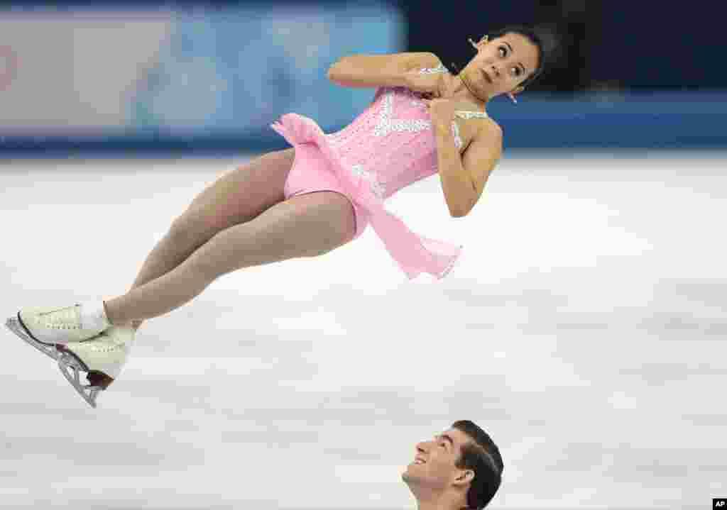 Felicia Zhang e Nathan Bartholomay dos Estados Unidos, Jogos Olímpicos de Inverno, Sochi, Fev. 11, 2014, Rússia