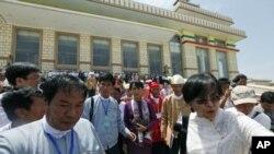 5月2号,缅甸民主运动领袖昂山素季(中)走出下议院