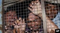Xe cảnh sát đưa các bị can về trại giam sau một phiên tòa (Ảnh lưu trữ)