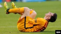 Lionel Messi s'est blessé lors d'un match à Corogne, Espagne, 20 avril 2016. (epa/ Lavandeira Jr)