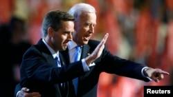 美國副總統拜登(右)2008年8月27日美國民主黨全國代表大會期間同其長子、德拉瓦州司法部部長波拜登在台上。