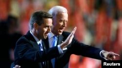 美國副總統拜登(右)2008年8月27日美國民主黨全國代表大會期間同其長子、德拉瓦州司法部部長博-拜登在台上。