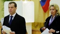 모스크바의 한 투표장을 찾은 드미트리 메드 베 데프 대통령 내외