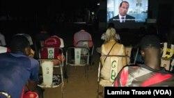 Des étudiants à la projection des films, Koudougou, le 1er mai 2021.