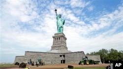 2013年6月自由女神像重新开放。世界上很多人把自由女神像看作美国的象征,希望移民美国。胡锡进说,他也愿意生活在美国