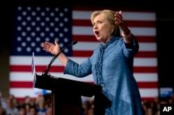 Hillary Clinton Demokrat Parti önseçimlerinde büyük farkla Bernie Sanders'ın önünde