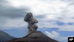 انڈونیشیا میں آتش فشاں پہاڑ نے لاوا اگلنا شروع کردیا